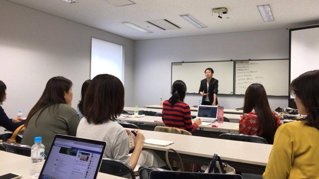 セミナーの前で話す講師大崎博之