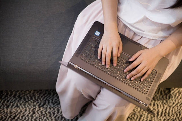 PCを叩く女性の画像