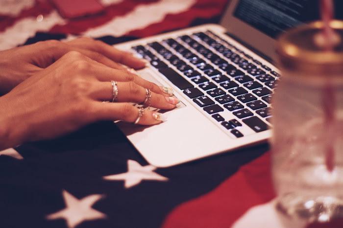 Macで仕事をする女性起業家