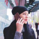女性が電話している写真