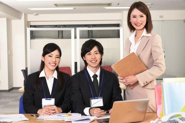 女性1人と男性一人のビジネス画像