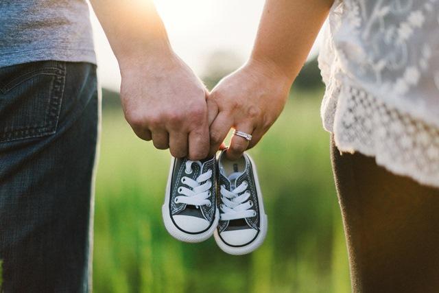 夫婦と子供靴