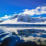 雪解けの山と湖の画像