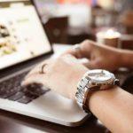 Mac Book Proの女性と腕時計