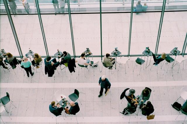 カフェでゆっくりする人たちの画像