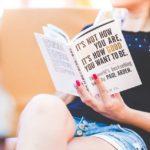 本を読んで学ぶ女性の画像