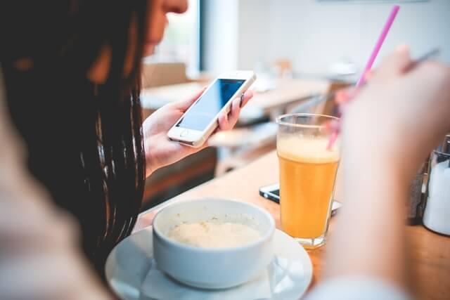 カフェでブログを見る女性