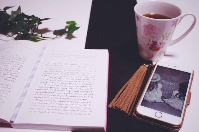 PCと読書とカフェの画像