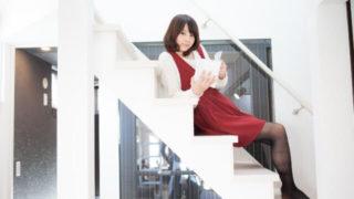 階段で本を読む女性の画像