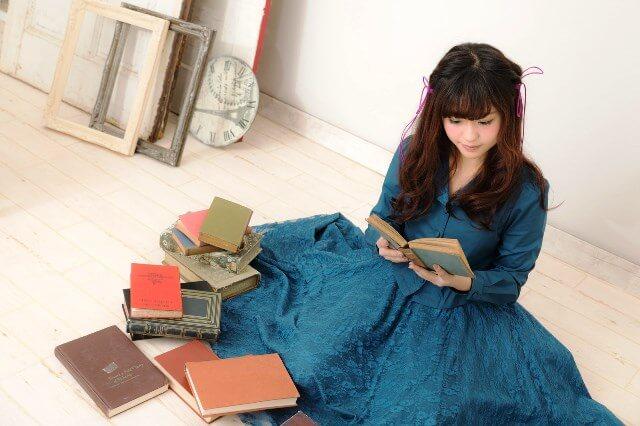 本を読むふわふわ少女