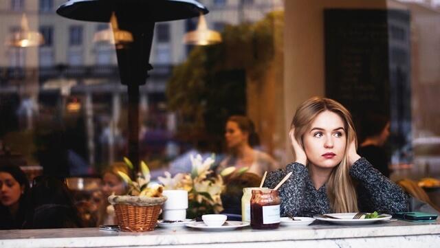 ブランド・プロミスについて考える女性の画像