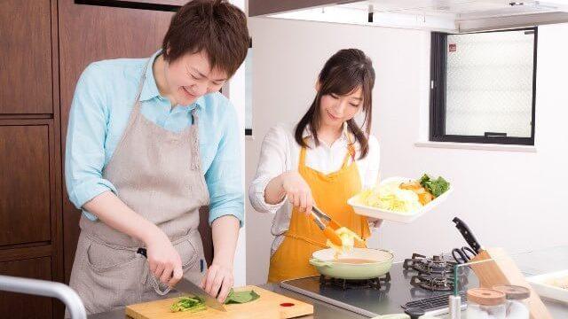 料理をする生徒と教える先生