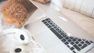 PCとベッドの画像