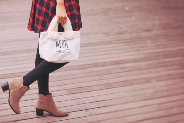 バッグを持って歩く女性の画像