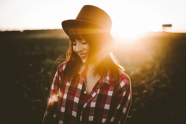 微笑む光の下の女性の画像