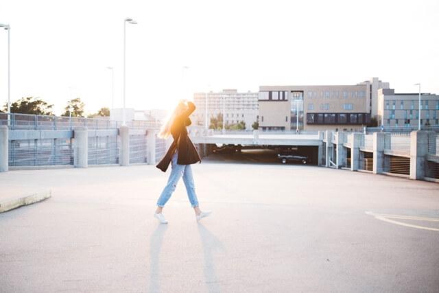 光の中を歩く女性の画像