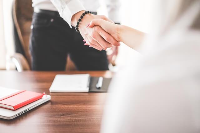 握手する女性と男性の画像
