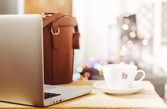 PCとカフェの画像