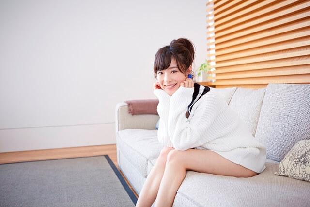 ソファーに座る女性