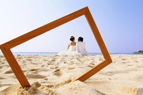 浜辺のカップルウェディングの画像