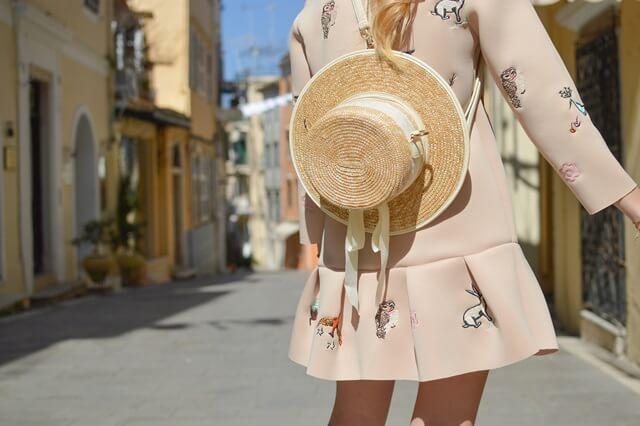 麦わら帽子と夏の女性の画像