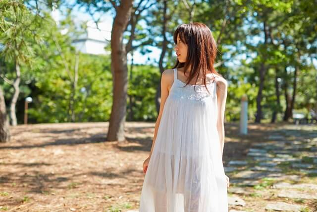 散歩するシースルー女子の画像