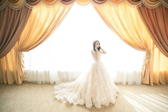 ウェディングドレスを着た女性の画像