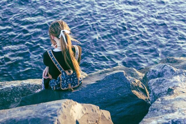 海辺の少女の画像