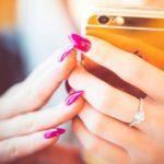 スマホとネイルの指輪の画像
