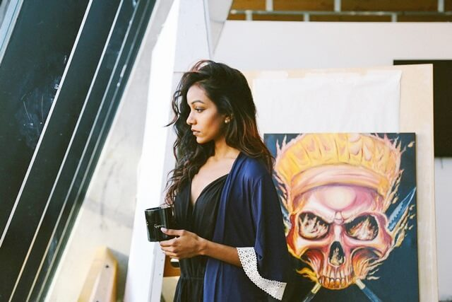 マグカップを持つ女性の画像