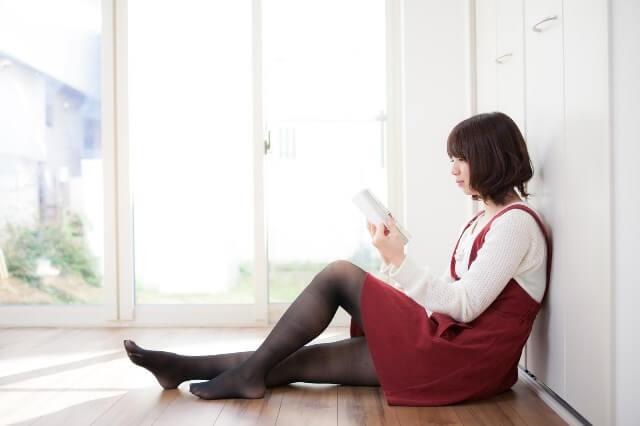 本を読む女性の画像