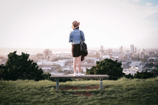 街を眺める女性の画像