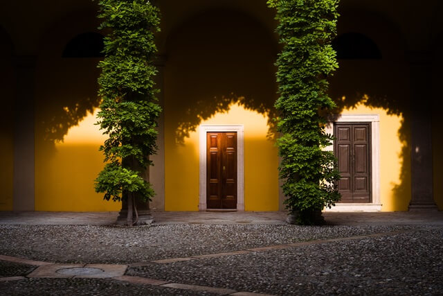 2つのドアの画像