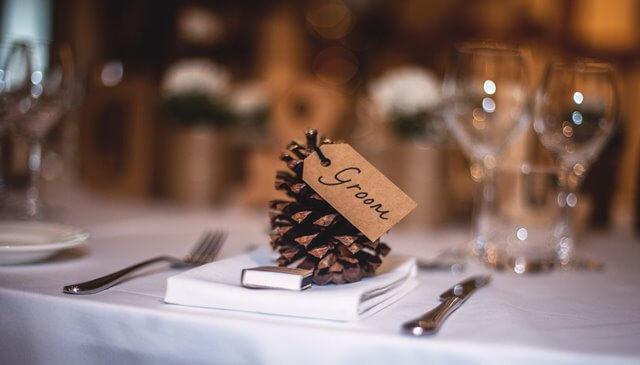 予約済みレストランのテーブル