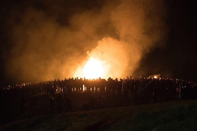 炎と人々の画像
