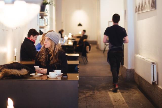 カフェで食事する新規客の女性画像