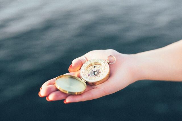 ゴールドの方位磁石の画像