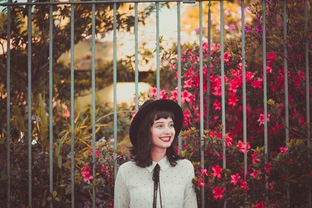 幸せそうに笑う女性の画像
