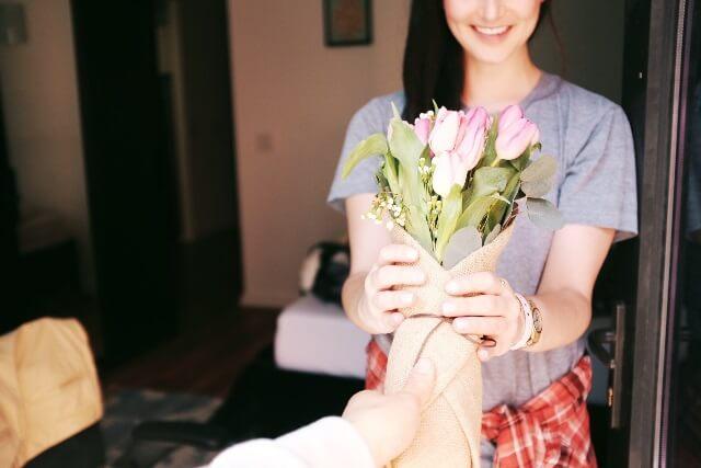 本命の女性に花束を贈る男性の画像