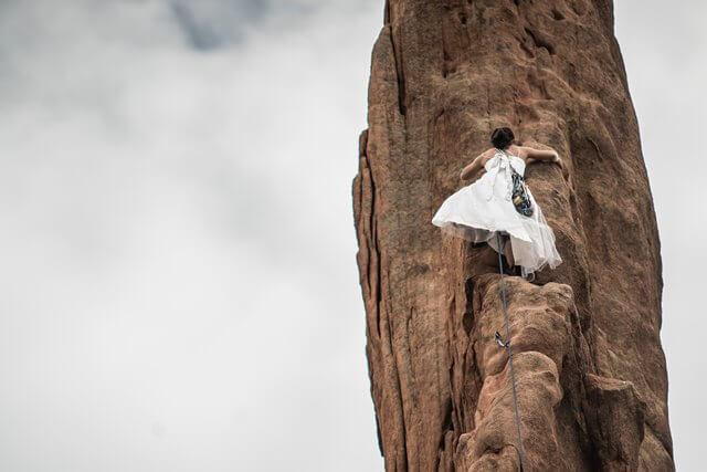 起業の山を登る女性