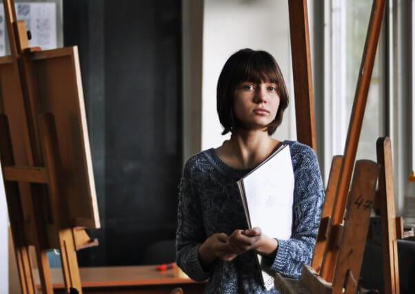 画家を目指す少女の画像