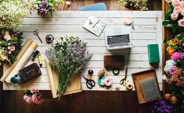 花束とPCと包装紙