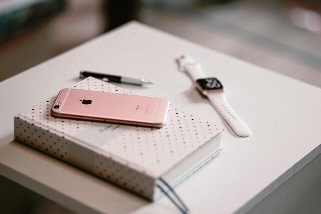 スマートフォンと本と時計の画像