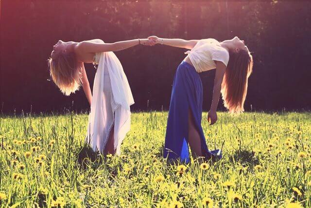 二人の踊る女性の画像