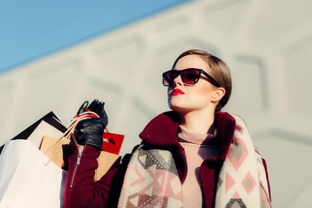 ショッピングをしている女性の画像