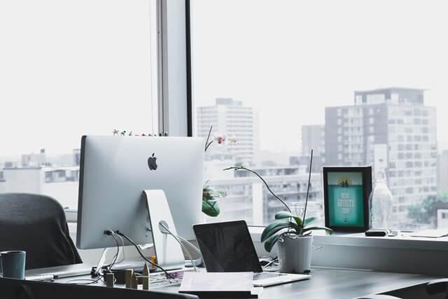 Macのあるオフィスの風景