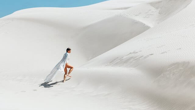 砂漠を歩くジプシーな女性