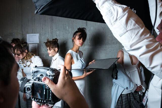 スタジオの女性の画像