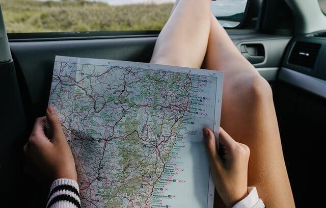 地図を眺める女性の画像