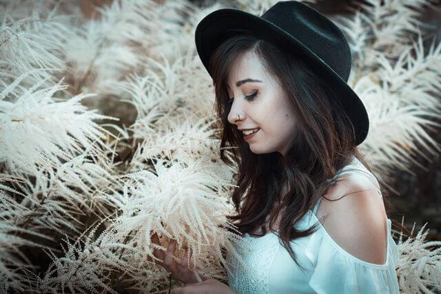 秋の気配に囲まれる女性の画像